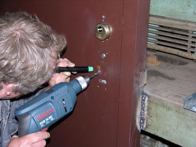Как высверлить личинку замка входной двери видео